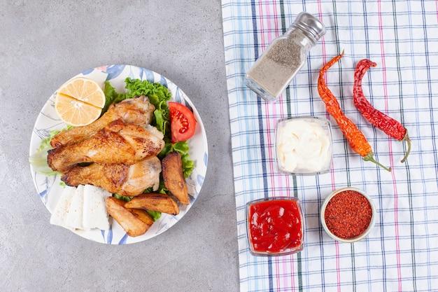 Deliziosa carne di cosce di pollo fritto con spezie e verdure