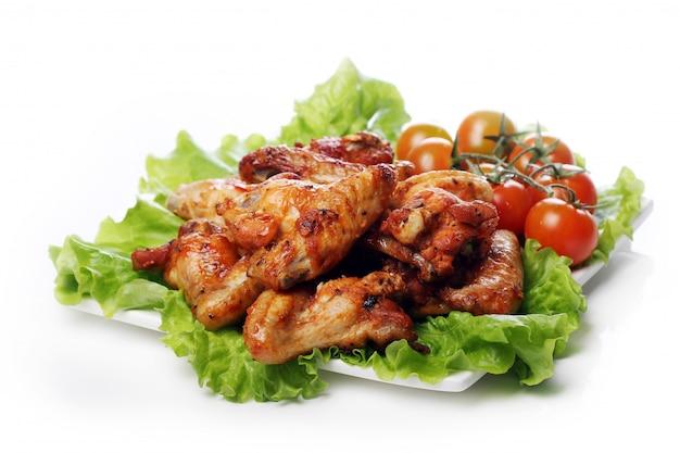 Вкусная жареная курица на тарелке