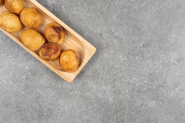 木の板に美味しい揚げ餃子