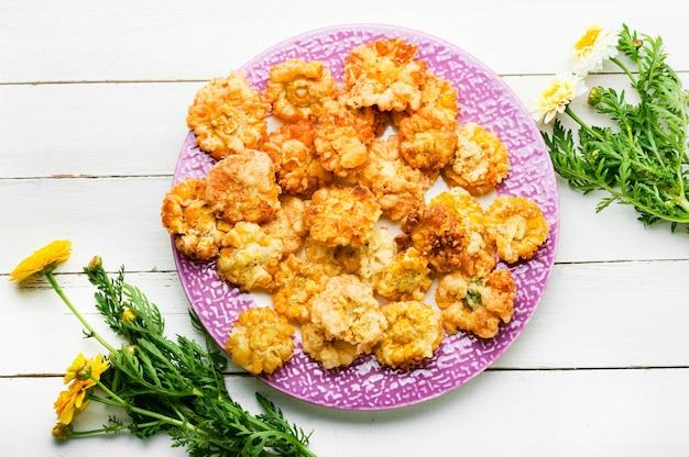 맛있는 튀긴 식용 꽃. 반죽에 국화 꽃입니다.채식주의자 음식