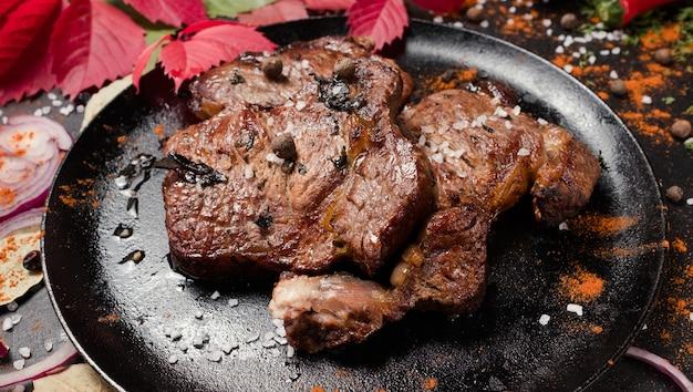 Вкусный жареный стейк американской кухни