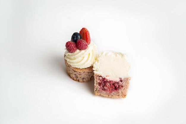맛있는 과일과 크림 컵 케이크