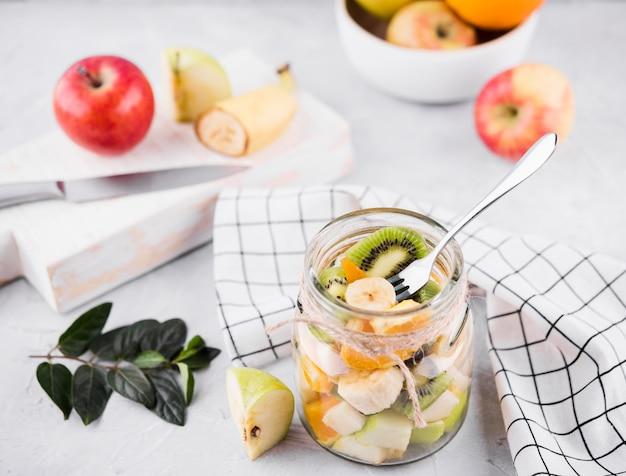 Вкусный фруктовый коктейль на столе