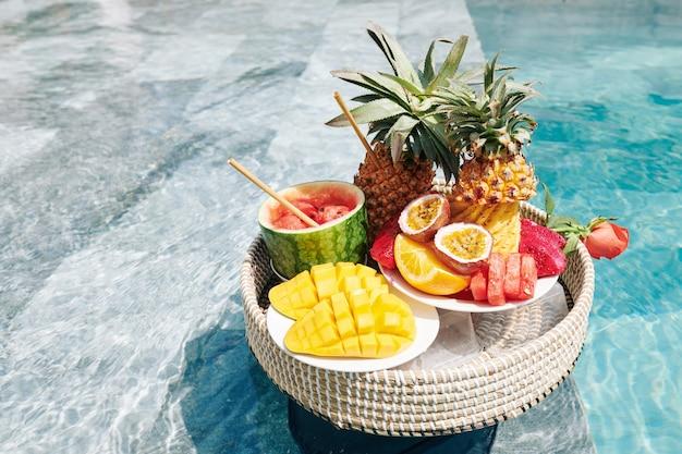 Вкусные фрукты на плетеном подносе