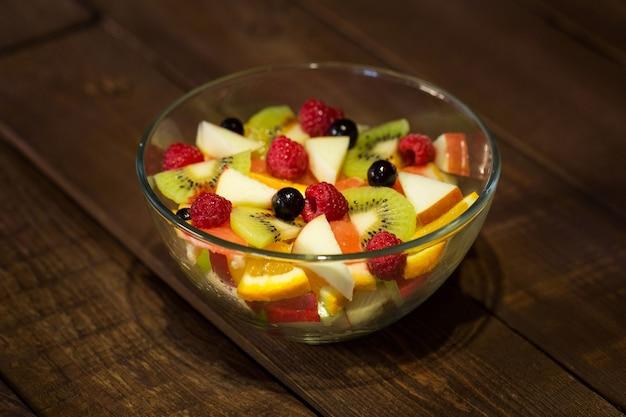 テーブルのクローズアップのプレートにおいしいフルーツサラダ