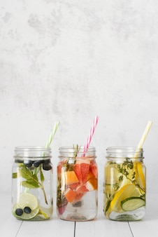 Disposizione di deliziose bevande fruttate