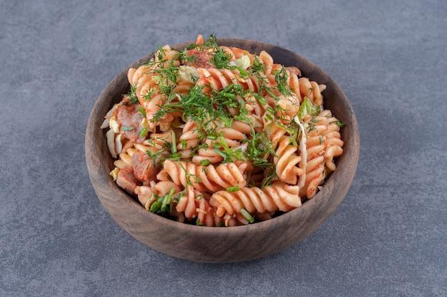 나무 그릇에 맛 있는 fusilli 파스타입니다.