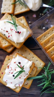 Delicious garlic crackers with cream cheese