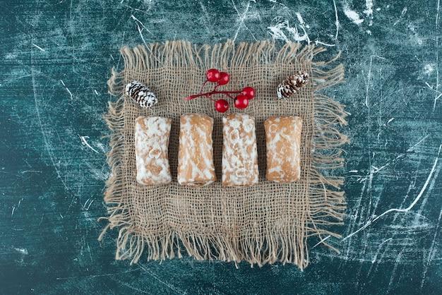 Pan di zenzero delizioso con pigne su un sacco. foto di alta qualità