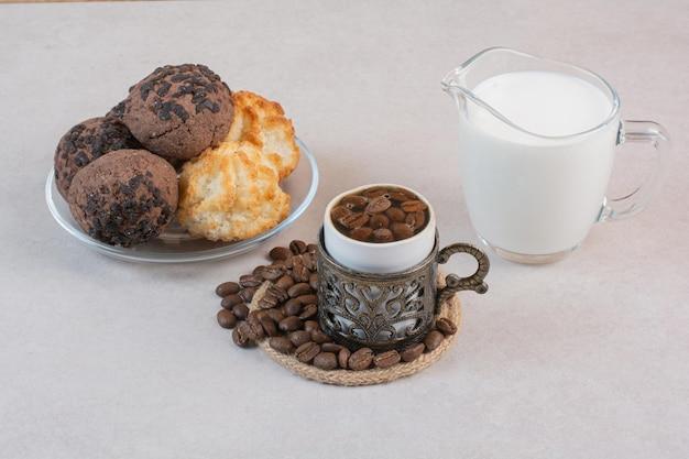 Delizioso bicchiere di latte fresco con biscotti e candela. foto di alta qualità