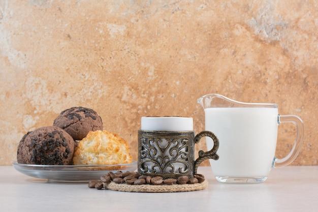Delizioso bicchiere di latte fresco con biscotti e candela