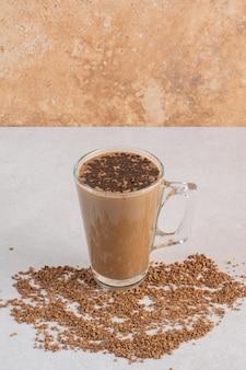 コーヒー豆と香りの新鮮な一杯のコーヒーのおいしいグラス