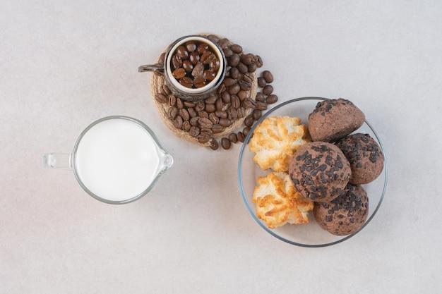 쿠키와 촛불 신선한 우유의 맛있는 유리. 고품질 사진