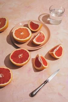 Вкусная композиция из грейпфрута под высоким углом