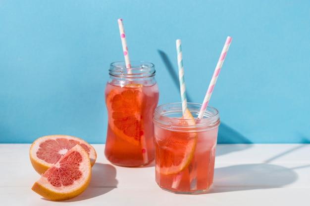 提供する準備ができているおいしいグレープフルーツジュース