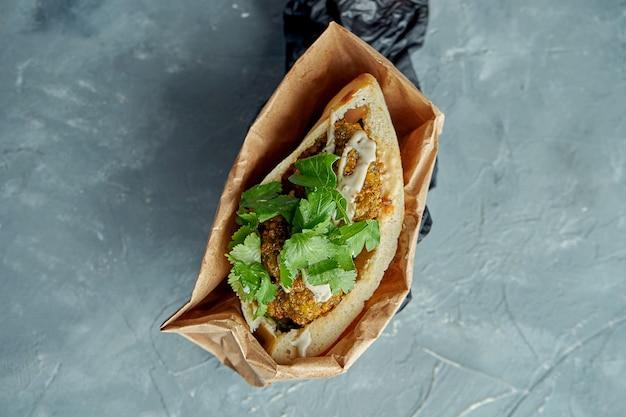 ファラフェル、コリアンダー、ホワイトソースのおいしいギリシャのピタサンドイッチ
