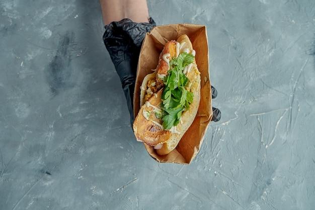 グリルチキン、コリアンダー、ホワイトソースのおいしいギリシャのピタサンドイッチ