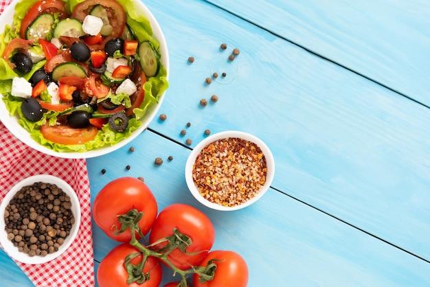 フレッシュトマト、キュウリ、ハーブとフェタチーズのおいしいギリシャ風サラダ。
