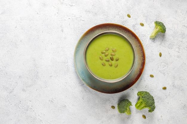 맛있는 녹색 수제 브로콜리 크림 수프.