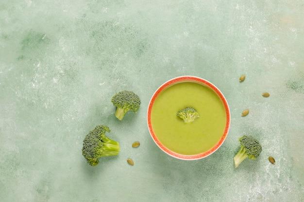 Вкусный зеленый домашний крем-суп из брокколи.