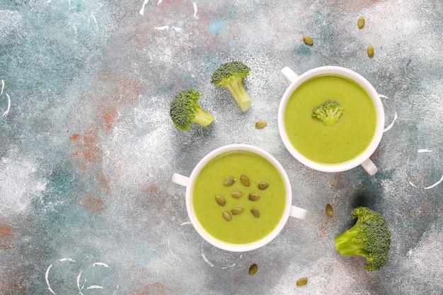 おいしい緑の自家製ブロッコリークリームスープ。