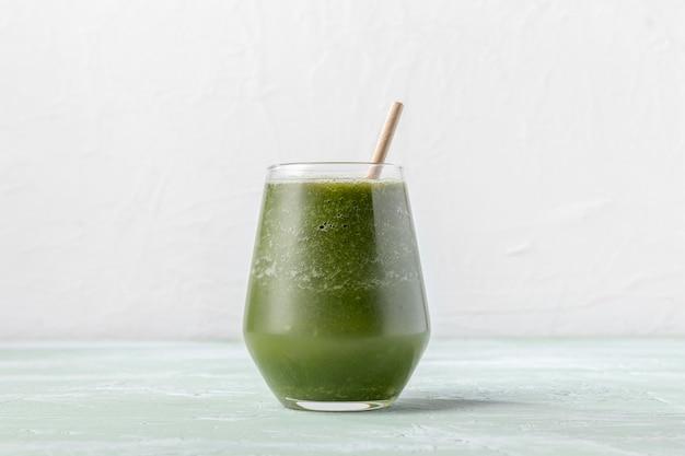 Вкусный зеленый коктейль в стекле