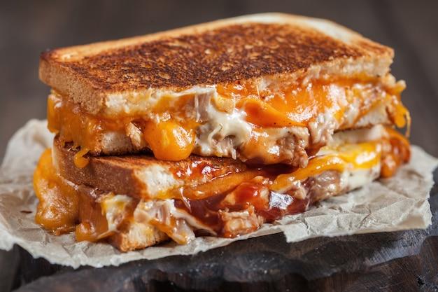 맛있는 구운 치즈 샌드위치 반으로 잘라