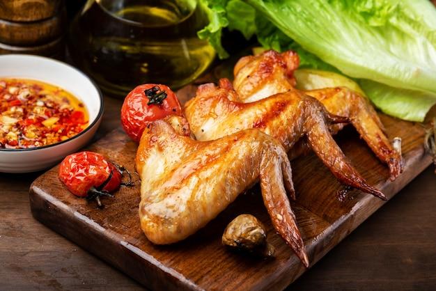 Вкусные куриные крылышки гриль и овощной салат