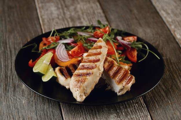 저녁 식사를 위해 야채와 함께 맛있는 구운 닭고기