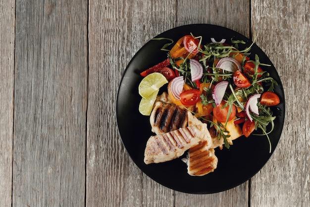 夕食に野菜を使ったおいしいグリルドチキン