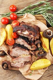 テーブルの上のおいしい焼き肉