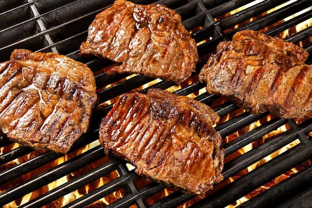 바베큐에 석탄 위에 맛있는 구운 고기. 필레.