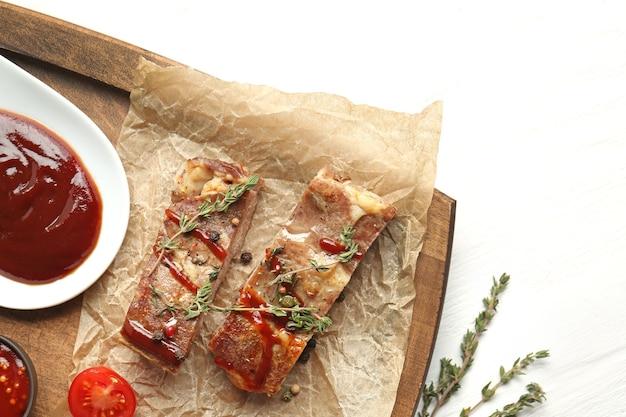 木の板、トップ ビューでバーベキュー ソースとおいしい焼き肉