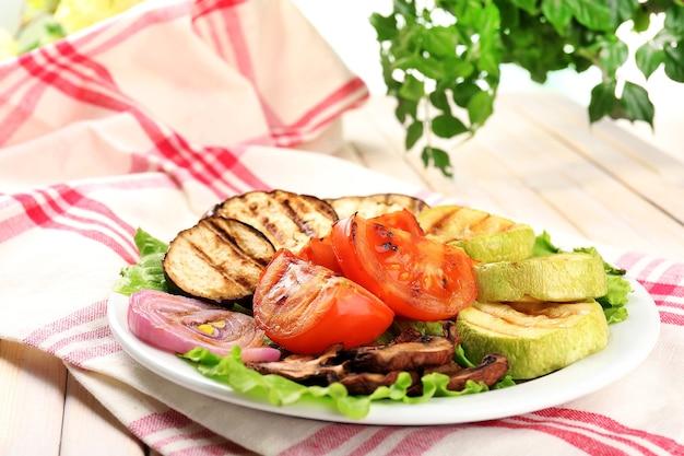 テーブルのクローズアップのプレートにおいしい焼き野菜