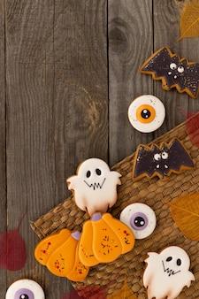 오래된 나무 테이블에 다양한 모양의 맛있는 할로윈 홈메이드 쿠키