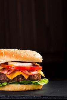 어두운 배경에 맛있는 햄버거