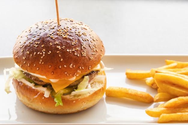 おいしいハンバーガーとチップス