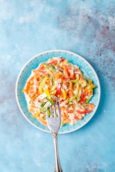 チキン、トップビューでおいしい健康的なピーマンのサラダ