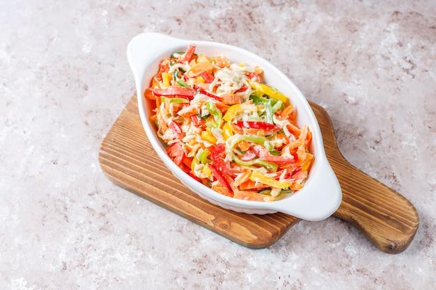 Вкусный полезный салат из болгарского перца с курицей