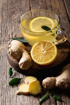 Concetto di tè al limone delizioso e sano