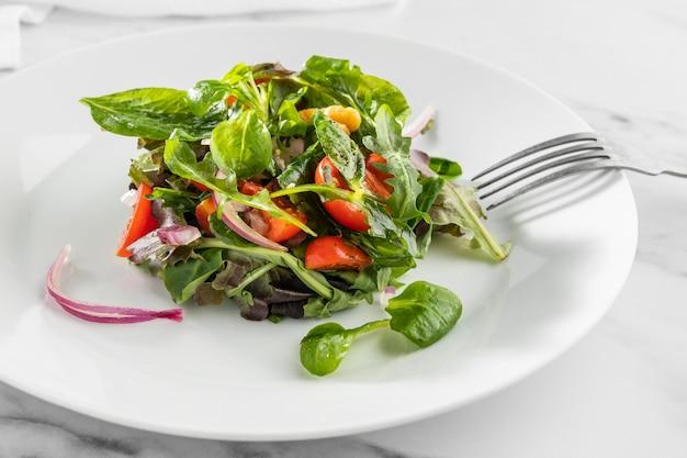 흰 접시 배열에 맛있는 건강 샐러드