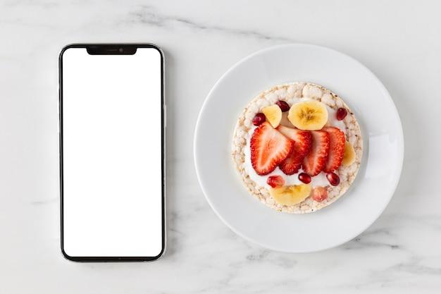 Вкусная здоровая закуска и мобильный телефон