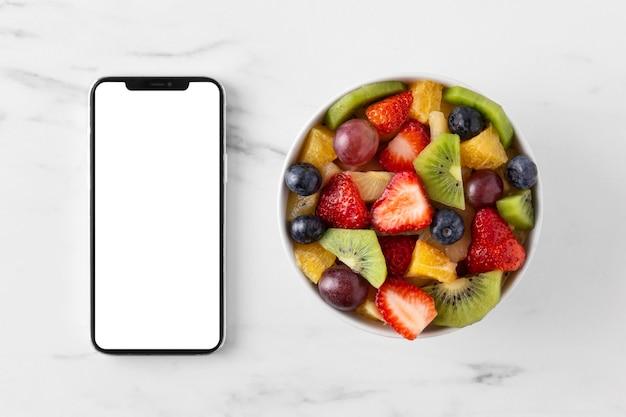Вкусная здоровая закуска и смартфон