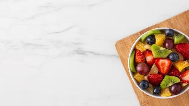 Delizioso spuntino sano con frutta varia