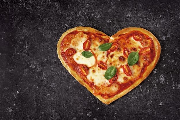 おいしいハート型のイタリアンピザ