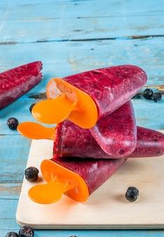 Вкусные домашние фруктовое мороженое из черной смородины