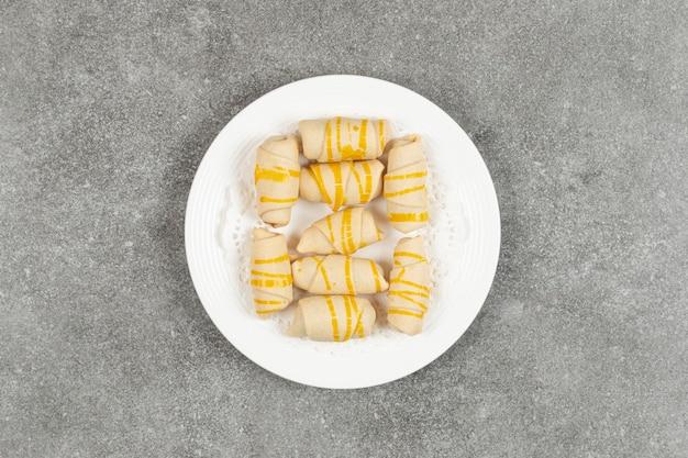 白い皿に美味しい自家製ビスケット