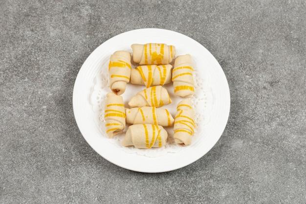 Вкусное домашнее печенье на белой тарелке