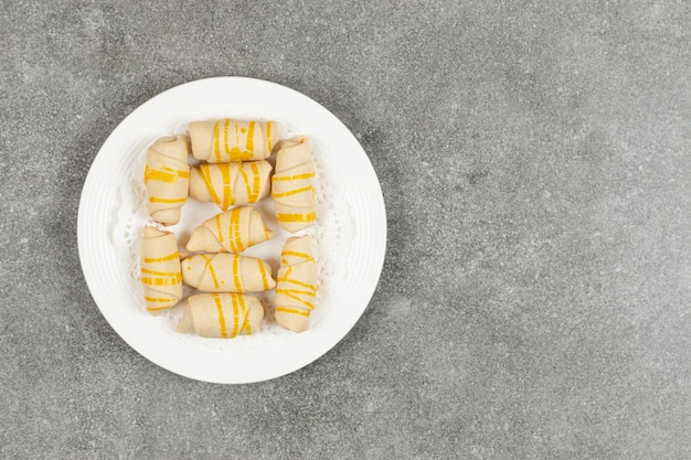 Deliziosi biscotti fatti in casa sulla zolla bianca