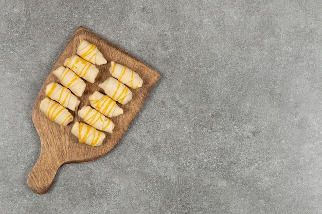 Deliziosi biscotti fatti in casa su tavola di legno